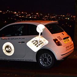 Automobile avec autocollants réflectifs de nuit