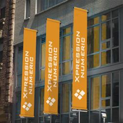 Bannières extérieures de type oriflamme avec le logo de Xpression Num.Eric
