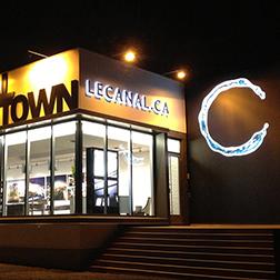 Enseignes lumineuses de nuit sur un bâtiment de vente de condos