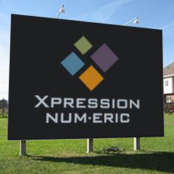 Panneau de chantier imprimé du logo de Xpression Num.Eric planté sur du gazon