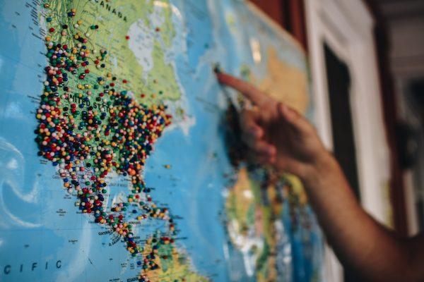 Carte du monde avec punaises