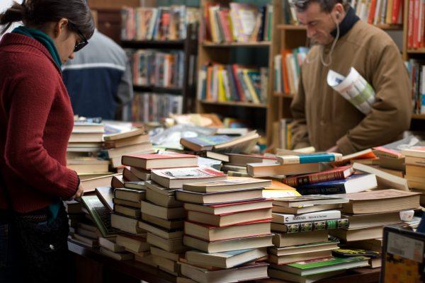 Femme et homme qui achètent des livres dans une foire