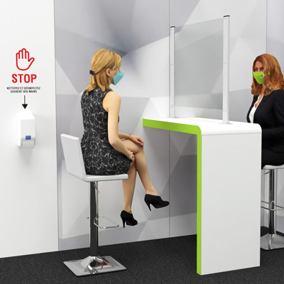 Deux femmes en réunion séparées par un panneau de plexiglass