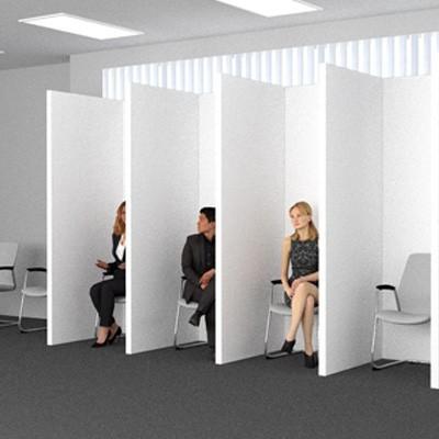 Salle d'attente avec parois de protection individuelle