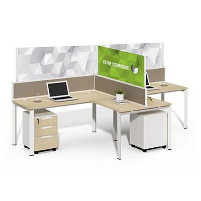 Bureaux séparés par des panneaux en acrylique